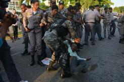 agentes-policiales-interrumpen-con-agresiones-a-ciudadanos-que-protestaban-frente-a-oisoe (1)
