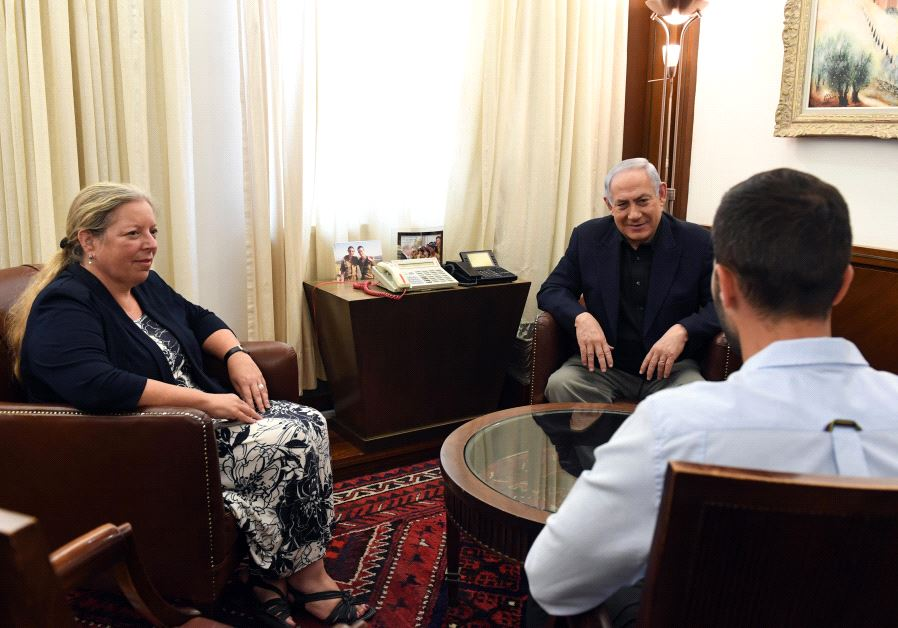 Prime Minister Benjamin Netanyahu meets Israel's Ambassador to Jordan Einat Schlein and wounded security officer Ziv, July 25 2017 (GOVERNMENT PRESS OFFICE)