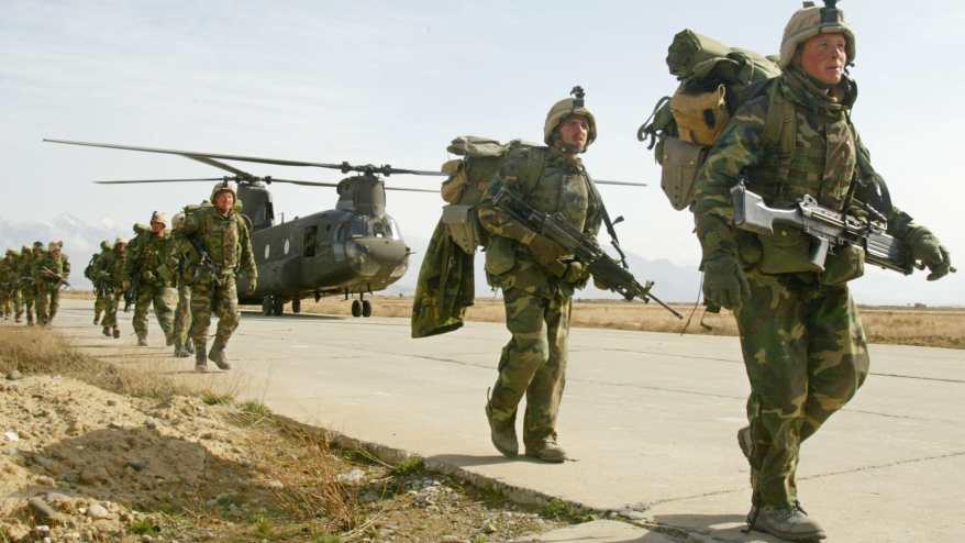 صورة أرشيفية لعناصر بالقوات الأمريكية في قاعدة باغرام العام 2002