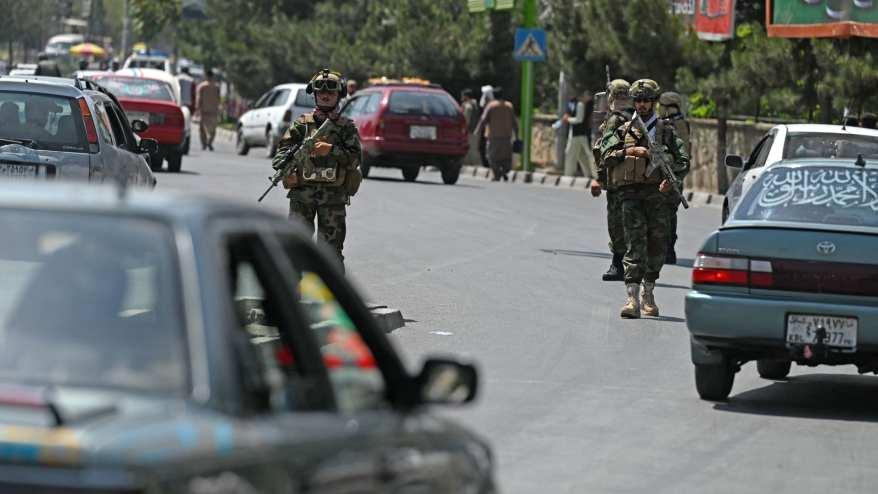 """مقاتلو طالبان من وحدة من """"القوات الخاصة"""" يقومون بدورية على طول شارع في كابول في 29 أغسطس 2021"""