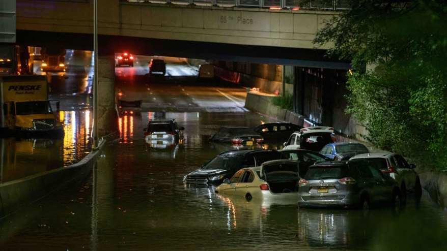عامل يفتح مصارف المياه في أحد الشوارع المتضررة من الفيضانات في نيويورك - 2 سبتمبر 2021.