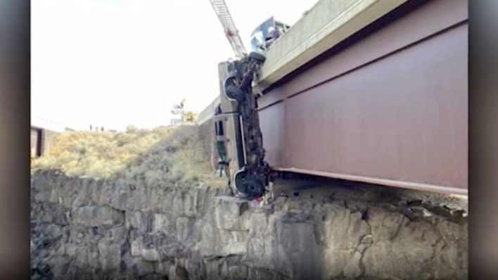 شاهد مصير شاحنة انحرفت فوق جسر وتعلقت على ارتفاع شاهق