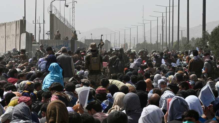 حشود خارج مطار كابول