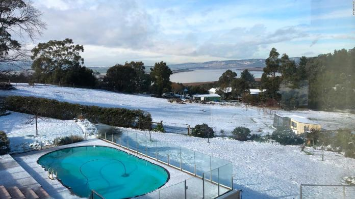 They record an unusual snowfall in Australia