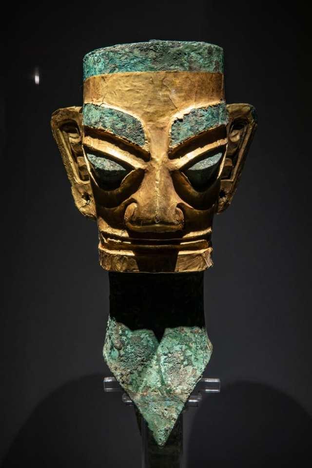 Una cabeza de bronce y una máscara descubiertas en Sanxingdui en 1986, cuando se encontraron los primeros pozos de sacrificio en el sitio. (Crédito: Shen Bohan / Xinhua / Sipa USA)