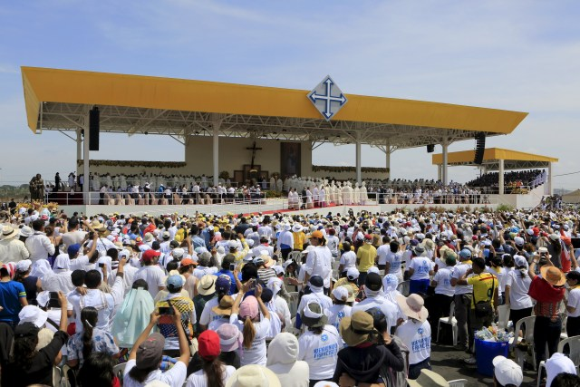 Faithful gather at Los Samanes Park in Guayaquil, Ecuador, July 6 for a Mass celebrated by Pope Francis. (CNS photo/Jose Miguel Gomez, Reuters)