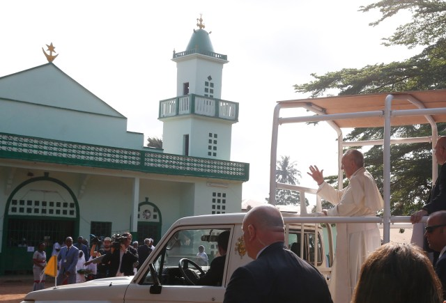 Pope Francis arrives for a meeting with the Muslim community at the Koudoukou mosque in Bangui, Central African Republic, Nov. 30. (CNS/Paul Haring)
