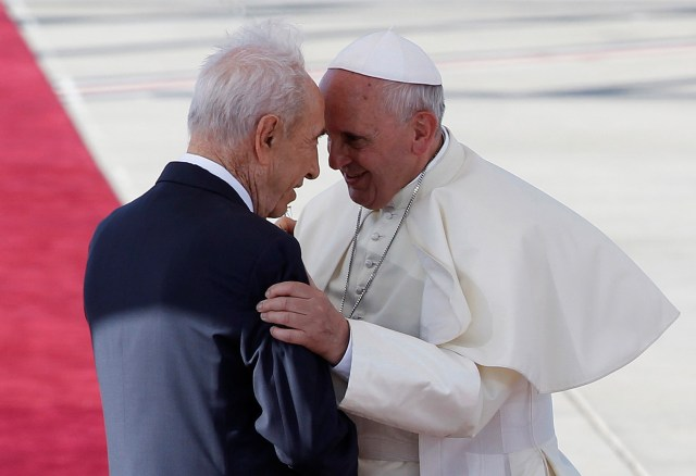 Israel's President Shimon Peres greets Pope Francis during a 2014 welcoming ceremony at Ben Gurion International Airport near Tel Aviv, Israel. (CNS photo/Baz Ratner, Reuters)