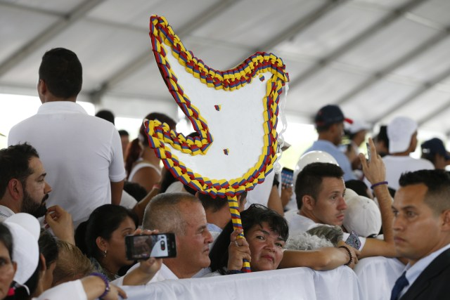 Many dressed in white, people are seen during the national reconciliation prayer meeting at Las Malocas Park in Villavicencio, Colombia, Sept. 8. (CNS/Paul Haring)