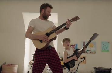 Dierks Bentley Living Musikvideo mit Sohn Knox. Screenshot aus dem Video.