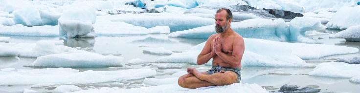WIm Hof méditant sur la plage de glace