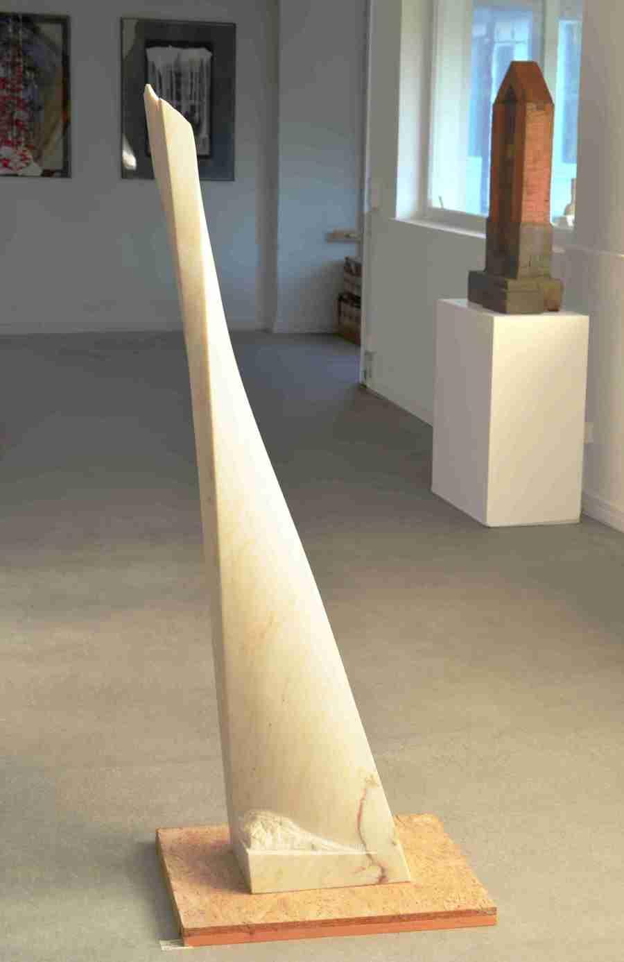 """Marmorskulptur""""Streben"""",Stele aus portugiesischem Marmor, (Estremoz). Aus der Serie """"Marmorstelen"""", Bildhauer Jens Hogh-Binder"""