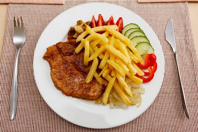 Gesunde Ernährung? Mittagessen, Schnitzel mit Pommes