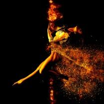 femme-danse-feu-particules