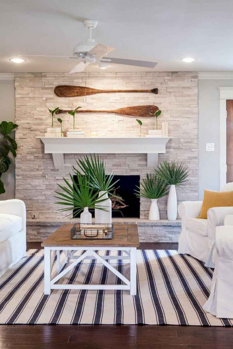 70 Cool and Clean Coastal Living Room Decorating Ideas (28)