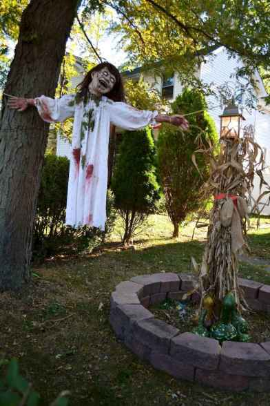 60 DIY Outdoor Halloween Decorations Ideas And Makeover (24)