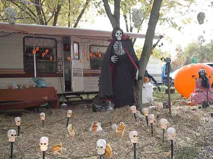 60 DIY Outdoor Halloween Decorations Ideas And Makeover (31)