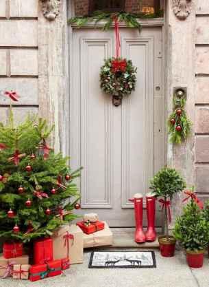 50 Front Porches Farmhouse Christmas Decor Ideas (28)
