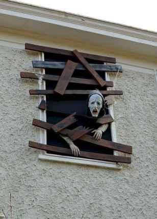 15 Creative Halloween Window Decoration Ideas (12)