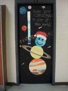 40 Simple DIY Christmas Door Decorations For Home And School (19)