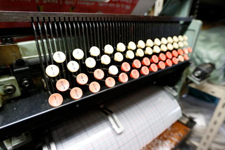 この機械では、ドビー織機に使われる紋紙が作られます