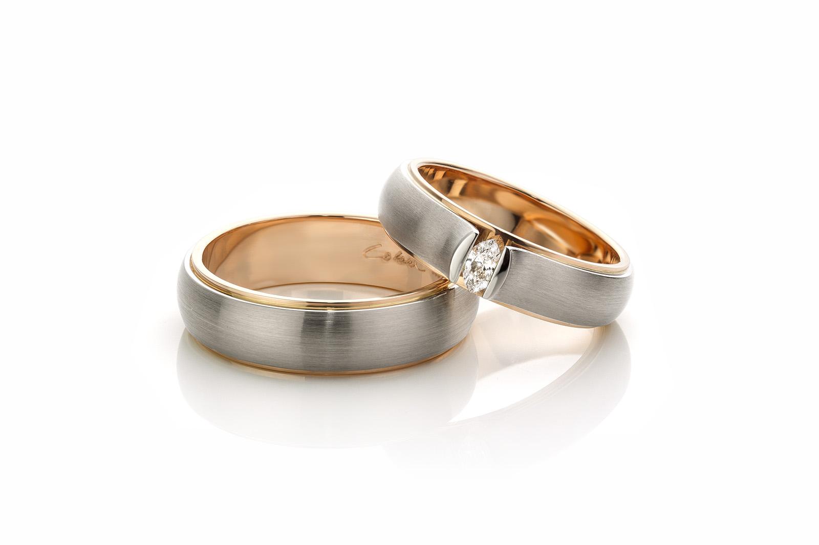 Bicolor trouwring voor haar met markies geslepen diamant van 015ct