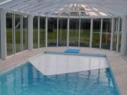 Cobertor en interior para evitar evaporación y condensación del agua de la piscina