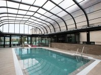 Hotel con piscina cubierta mediante techo móvil