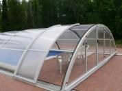Cubierta de piscina curvada con puerta lateral