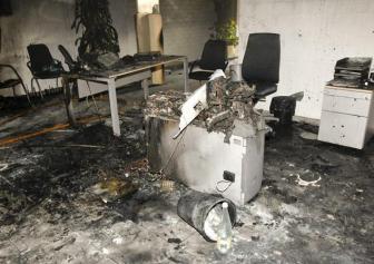 18. Una mujer se quema a lo bonzo en un banco