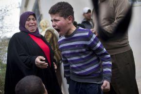 5. Un niño palestino grita de rabia tras la demolición de su casa (AP)