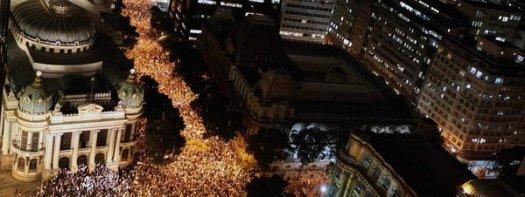 17. Los indignados salen a la calle en Rio (Efe)