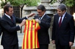 6. Rosell entrega la camiseta del Barça a Mas (ACN)