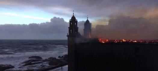 25. Un rayo incendia el santuario de Muxía el día de Navidad (PF)