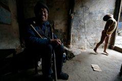 28. He Zili, el niño discapacitado que vive encadenado (Reuters)