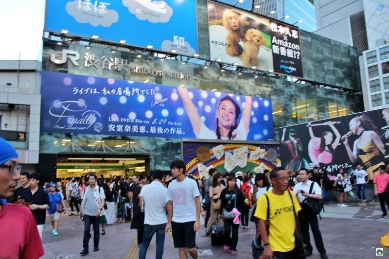 Tokyo gente frenesia metropoli colorata