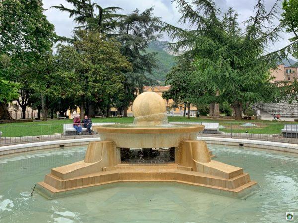 piazza fontana con sfera galleggiante