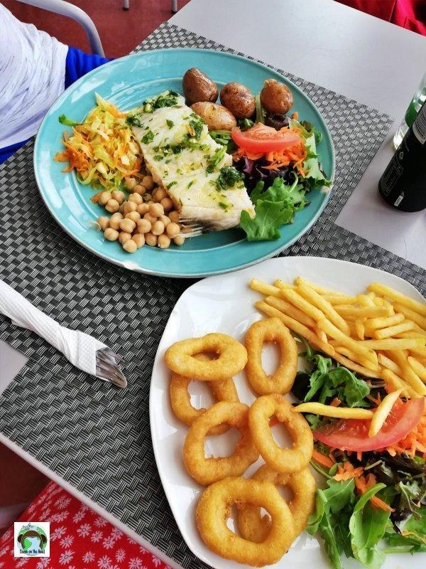 baccalà al forno con insalata, patate, ceci e calamari fritti