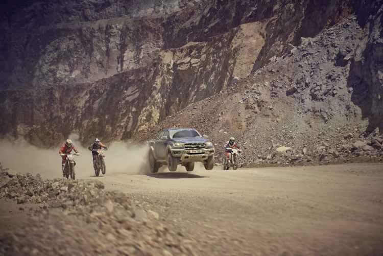 Ford Raptor en el video Dosis de Dvicio