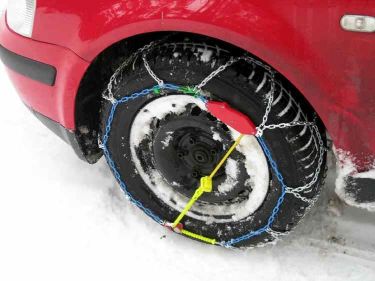 las cadenas de nieve te ayudan a conducir sobre nieve