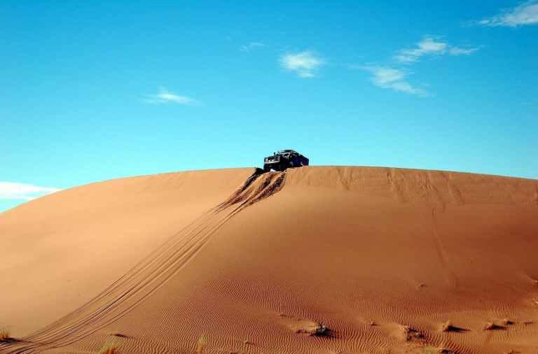 En Túnez la sexta edición de una carrera de coches para mujeres