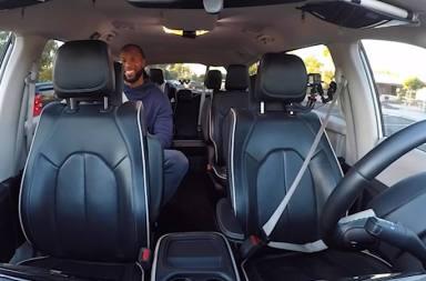 La estrella de la NFL Larry Fitzgerald prueba el coche autónomo de Google