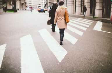 Los que conducen coches caros se detienen menos para dejar pasar a los peatones