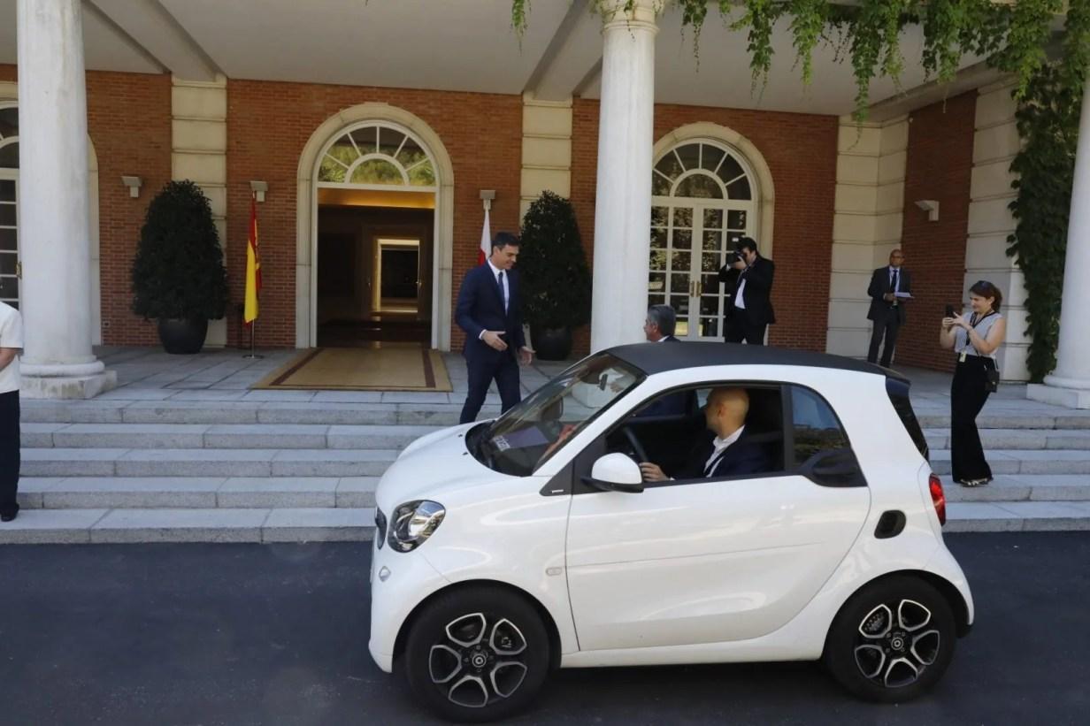 Revilla va a Moncloa en coche eléctrico