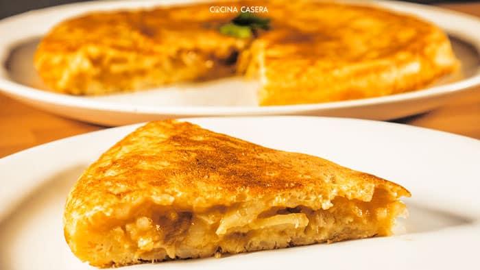 Tortilla de Patatas con Cebolla Caramelizada  Recetas de