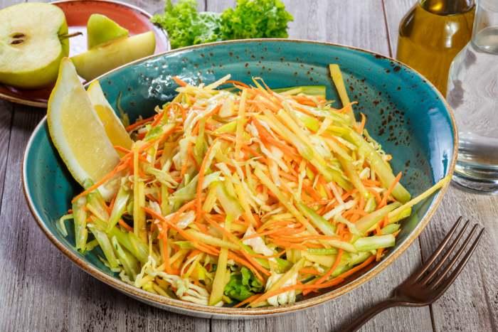 Receta de ensalada de col y manzanas rica en fibra y vitaminas