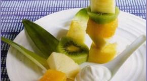 Brochetas de frutas con yogur