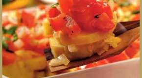 Batatas al horno con tomates y hierbas