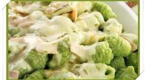 Ñoquis de espinaca con salsa crema de jamón y verdeo