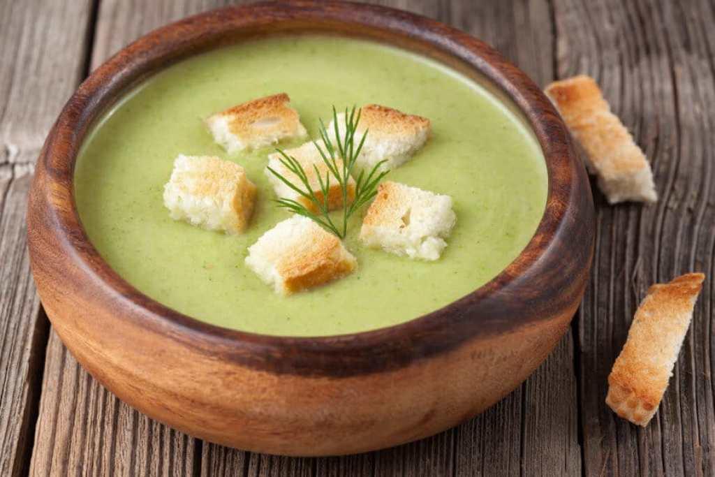El puré de verduras es un plato muy sano y nutritivo para todas las edades. Preparar un delicioso puré de verduras exprés con picatostes en pocos minutos es fácil y económico.